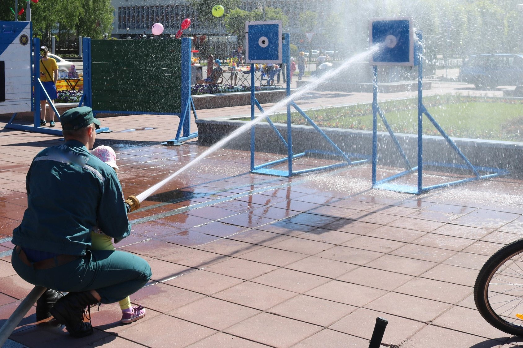 Fireman-Teaching-Girl-to-Use-Firehose